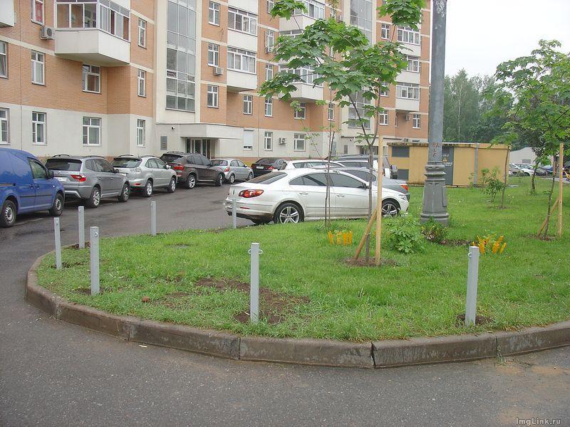 Как огородить газон от машин своими руками